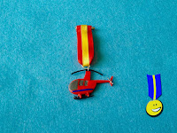 Medalla de helicóptero rojo en fimo con cinta de la bandera de España