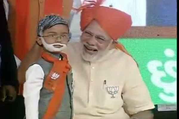 modi-navsari-rally-pm-meet-with-small-boy-with-modi-make-up
