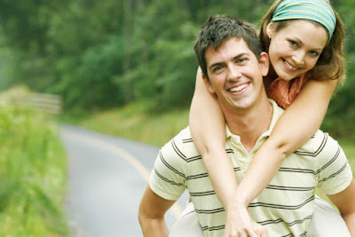 joven pareja sonríen muy felices