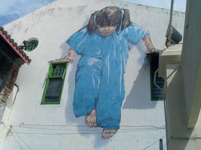 рисунок девочки на здании