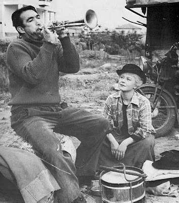 anthony quinn as zampano, la strada, Giulietta Masina as Gelsomina, directed by federico fellini