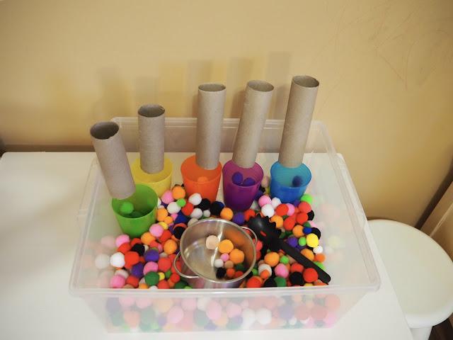 這是小小孩們的最愛,一整盒的小毛球,加上幾個彩色杯子、黏上捲筒,就可以玩很久囉!