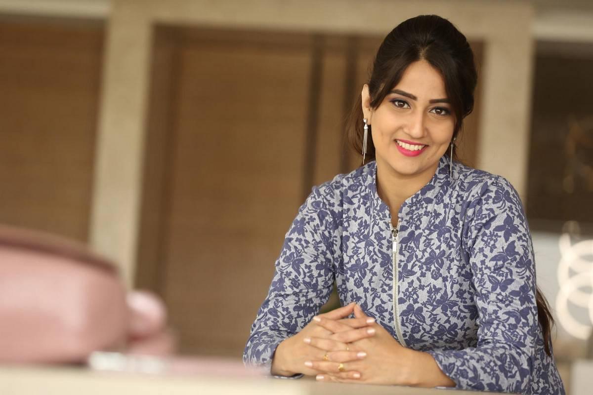 Anchor Manjusha Latest Hot Stills In Blue Dress