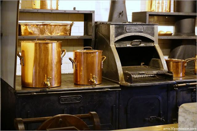 Batería de Cobre en la Cocina de la Mansión The Elms en Newport