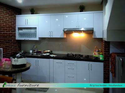Kitchen set minimalis putih di pondok gede