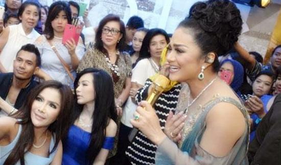 Krisdayanti saat tampil di Surabaya dengan perhiasan berlian 1 Milyar