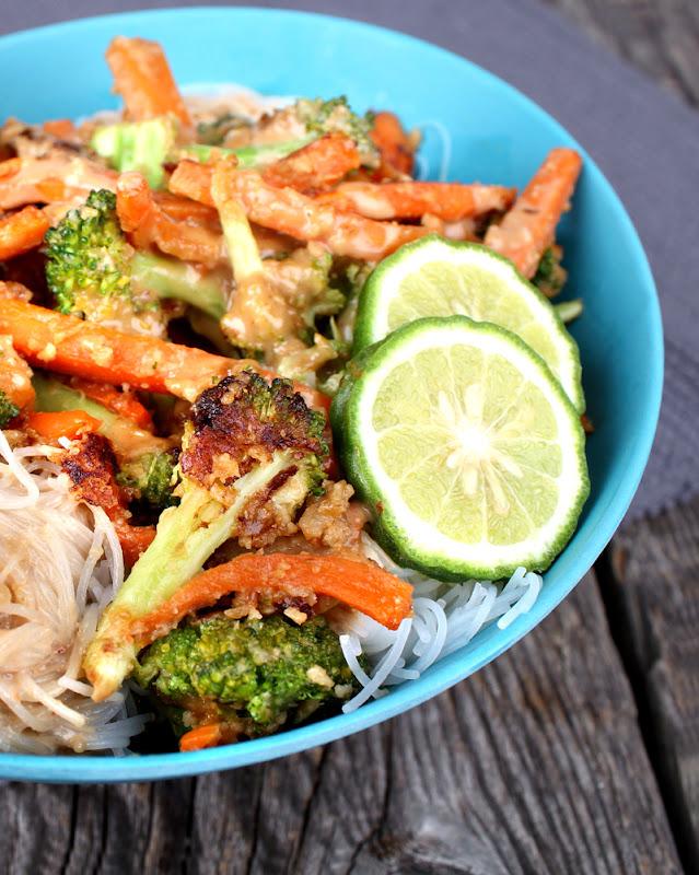 Oppskrift Cashewsaus Tahinidressing Grønnsakswok Asiatisk Comfort Food Nudler Kosemat Gulrot Brokkoli Scrirachasaus Glassnudler