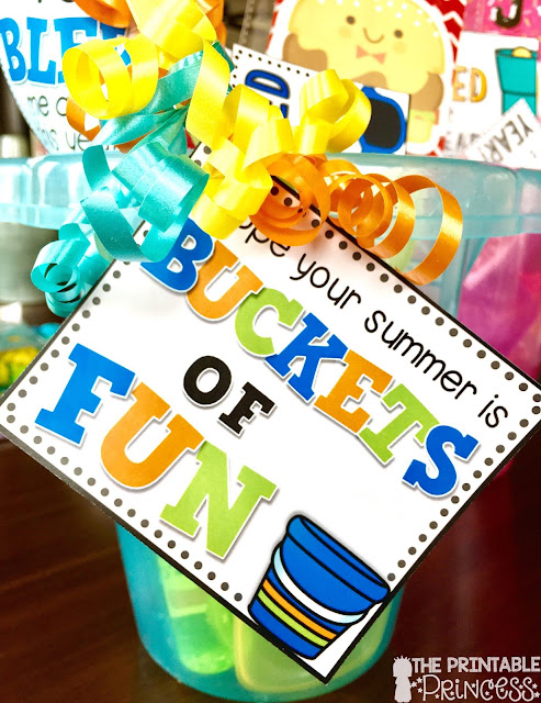 Stop by and check out these fun ideas for inexpensive end of the year gifts for students. Gift ideas include mini erasers, bubbles, flashlights, sunglasses, and more. These end of the year gifts are perfect for Kindergarten, first grade, or second grade students. Click through to grab your FREE gift tags to make your own student gifts!