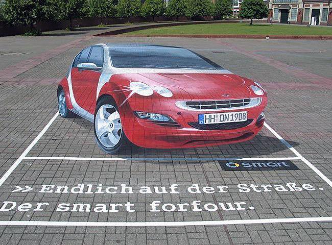 Kırmızı renkli bir Smart otomobil gösteren kaldırım sanatı resmi