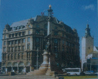 "Pomnik Adama Mickiewicza, w tle hotel ""George"""