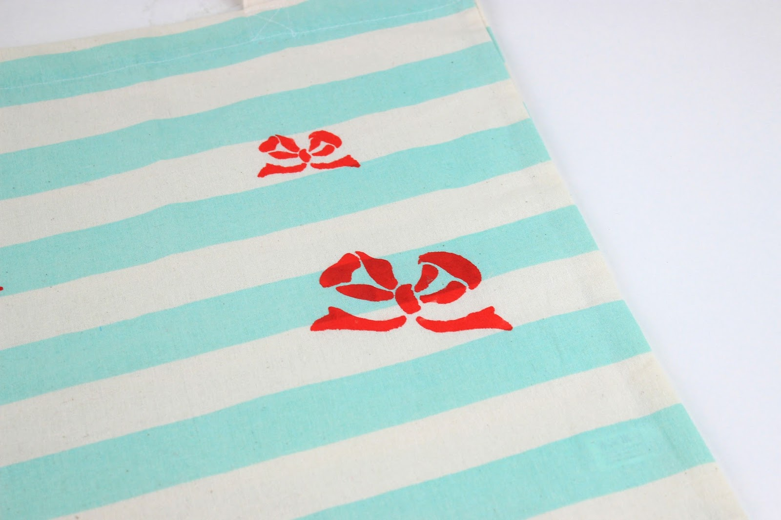 19ca95fa84 Place a cooking paper inside the tote bag