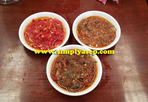 SAMBAL : Sambal pedas, sambel pecal, dan sambal terasi.    Foto Asep Haryono