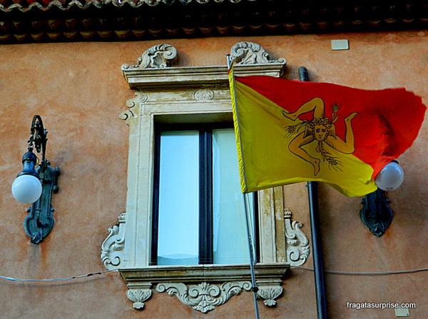A trinácria, símbolo da Sicília, adorna a bandeira da ilha