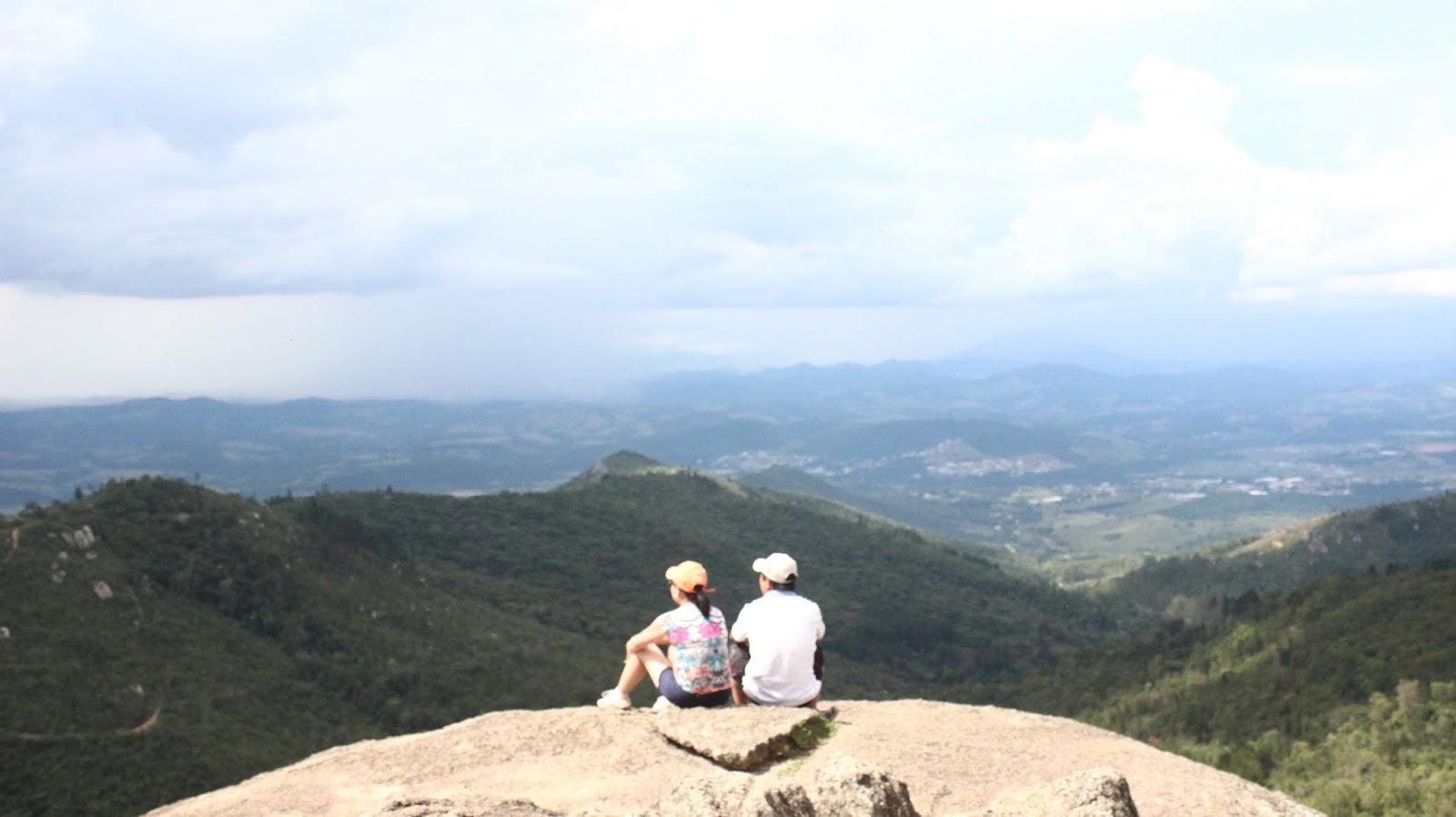 casal apreciando paisagem