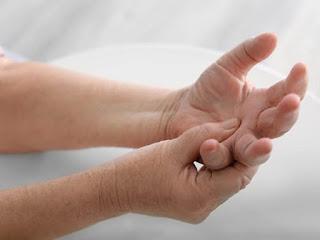 Bị tê cánh tay khi ngủ có nguy hiểm không?