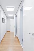 Zemini ahşap kaplamalı beyaz koridor