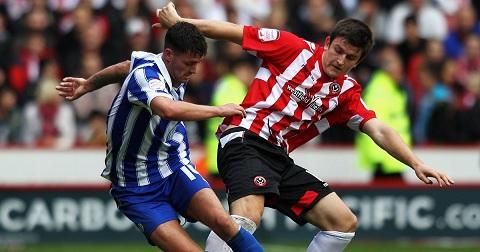 Harry Maguire (phải) khi còn thi đấu cho Sheffield