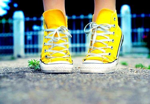 photographie de baskets Converse jaunes