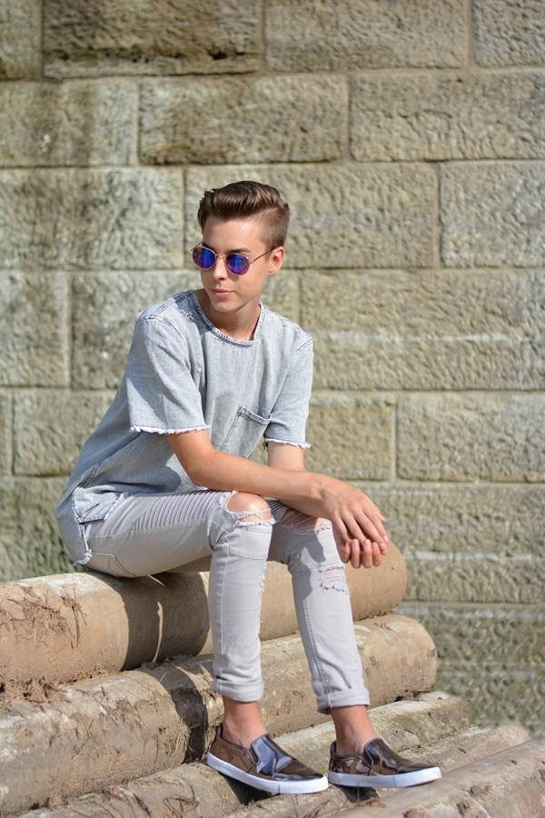 fashionblogger sitzt auf alten rohren