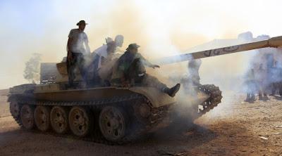 Rebeldes prueban un tanque en un puesto de control al norte del bastión de Gadafi en Bani Walid el 21 de septiembre de 2011.Zohra BensemraReuters