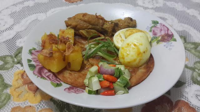 Roti cane dan kari ayam dan telur dilengkapi acar