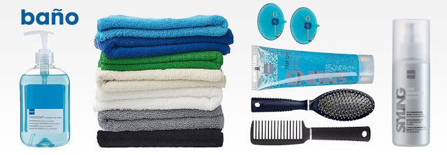 Dispensador de jabón, toallas, percheros, gel, peine, cepillo y laca en tonos azules