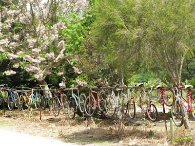 una cerca con bicicletas