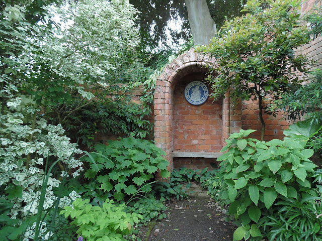 cegła w ogrodzie - mur i altanka