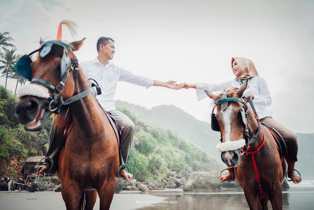 Foto Prewedding Jogja, Prewedding Jogja, Freelance Photographer Jogja, Prewedding Parangtritis, Prewedding Pantai, Prewedding dengan kuda, Properti kuda prewedding, sewa kuda buat prewedding jogja, contoh prewedding, contoh foto prewedding, contoh prewedding dengan kuda