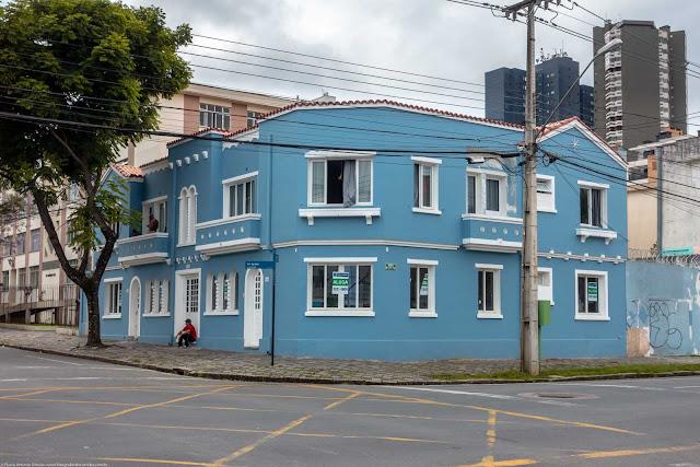 Simpático predinho na Avenida Iguaçu, esquina com a Rua Alferes Poli.