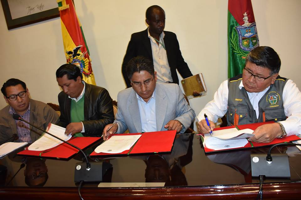 Gobernador Félix Patzi y el alcalde de Caranavi, Lidio Roberto Mamani, en la firma del acuerdo