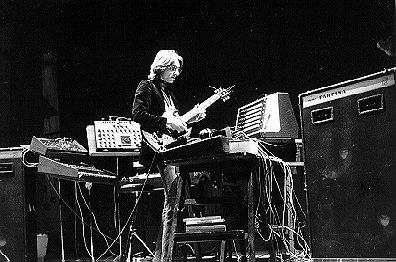 Manuel Göttsching en directo durante la gira de presentación del álbum New Age Of Earth en Francia en diciembre de 1976