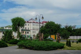 Пинск. Ул. Коржа. Сквер и деревянные скульптуры