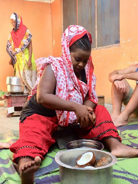 Donna che gratta il cocco
