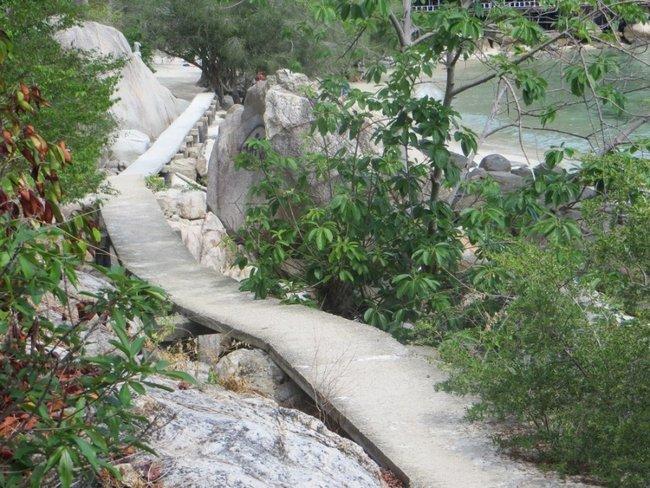 мостик вдоль каменистого берега