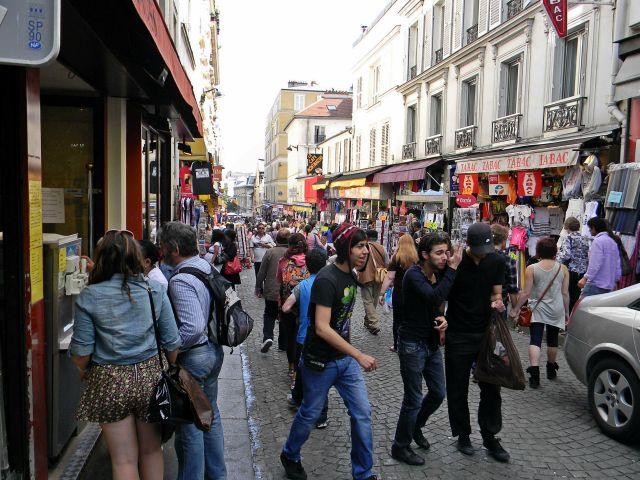ulice Paryża, ludzie, turyści