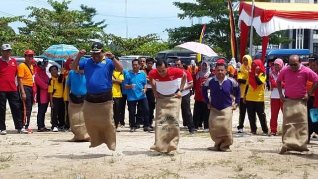Lomba Balap Karung,  Wabup Suhatri Bur Akhirnya Juara