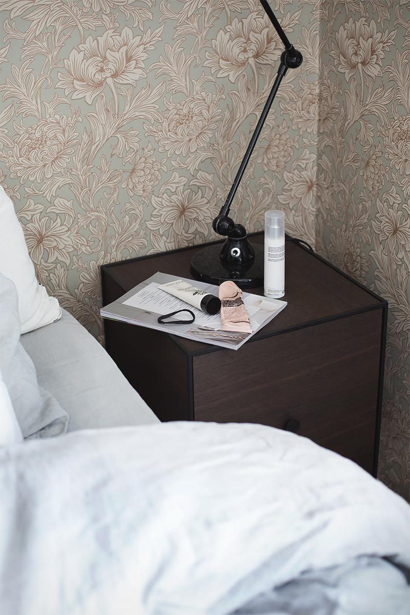 seinäkiinnitteinen yöpöytä