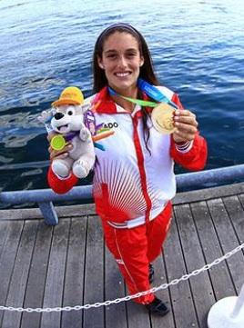 Foto de Natalia Cuglievan posando con su medalla de oro