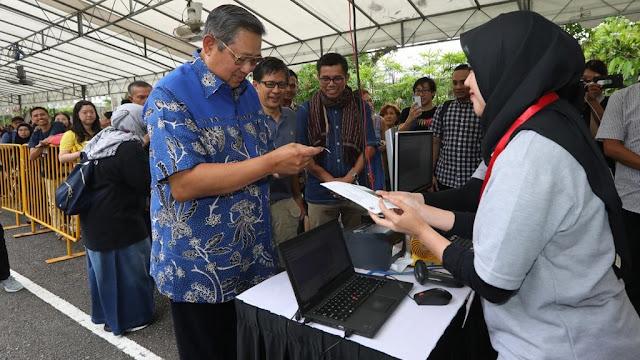 Foto: SBY Mencoblos di KBRI Singapura Ditemani Rocky Gerung