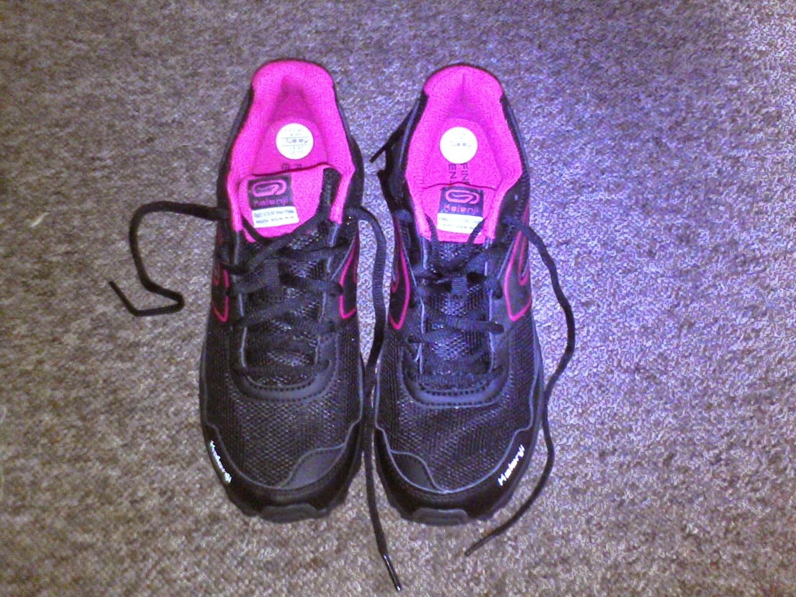 9cf312293 Buty do biegania damskie Kapteren 50 Kalenji są idealne pod względem  kolorystycznym. Czarne z różowymi elementami. Urzekły mnie od razu.