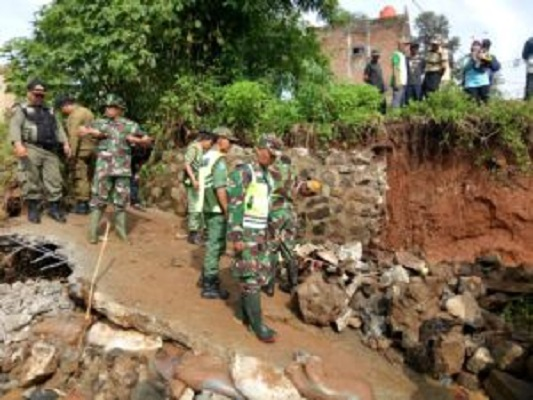 Danramil 0927 Cileunyi Kunjungi Lokasi Banjir Bandang Jatiendah Regency