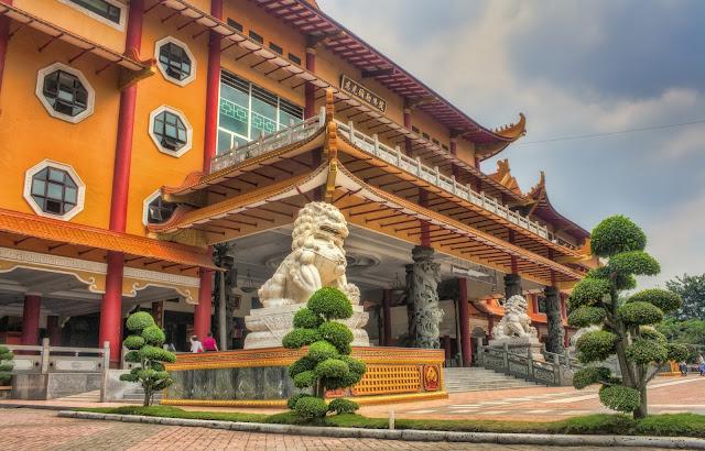 Maha Vihara Maitreya Cemara Asri tempat wisata di Medan yang wajib dikunjungi
