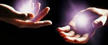 ambas manos boca arriba saliendo del centro de la palma de las manos una luz color violeta
