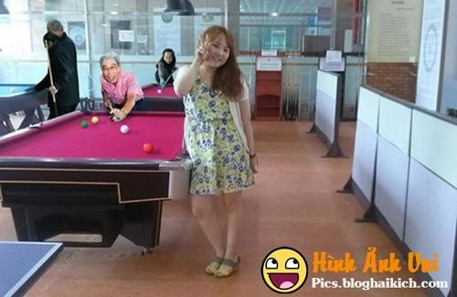 Chế photoshop hài hước thêm người vào ảnh