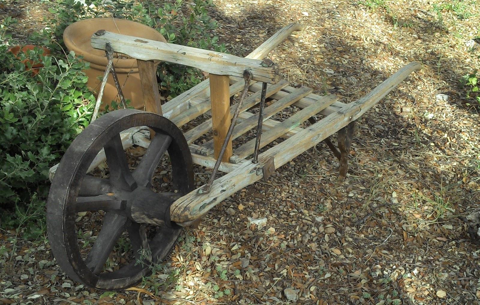 Brouette en bois ancienne for Decoration jardin rustique