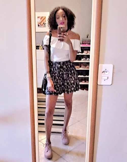 Look do Dia: Blusa Ombro a Ombro + Minissaia de Caveirinhas