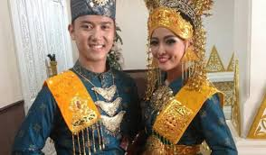 Nama-Pakaian-Adat-Provinsi-Riau-Dengan-Tradisi-Melayu-Modern
