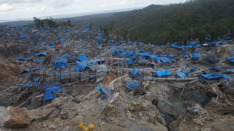Pelaksana tugas (Plt) Gubernur Maluku Zeth Sahuburua mendesak pemerintah pusat segera menangani penambangan emas ilegal di kawasan Gunung Botak, kabupaten Buru yang memanfaatkan merkuri dan sianida sehingga mengancam ekosistem lingkungan maupun kesehatan warga setempat.