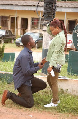 photo of a man who breeze in ekpoma from lagos state just to proposed to his girl friend at her NYSC passing out parade